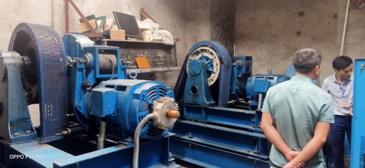 Ông Lê Hồng Phương cùng các kỹ thuật thang máy tòa nhà kiểm tra hệ thống tủ điện